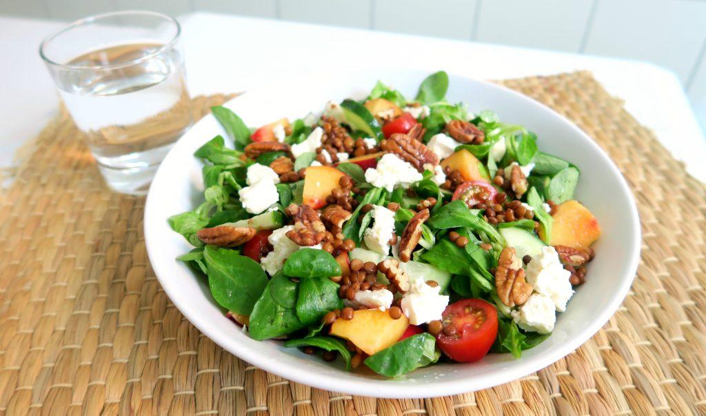 maaltijd-salade-linzen-feta-en-nectarine